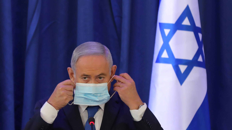 El primer ministro israelí, Benjamin Netanyahu, con una mascarilla facial, durante una reunión del gabinete del gobierno en el Ministerio de Relaciones Exteriores en Jerusalén el 21 de junio de 2020.