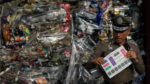 El jefe adjunto de policía, Pol Gen Wirachai Songmetta, se encuentra junto a desechos electrónicos escondidos en un contenedor durante un registro en el polígono industrial Leam Chabang, provincia de Chonburi, Tailandia, el 29 de mayo de 2018.