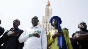 Des Maliens participent à une manifestation, le 30 juin 2018, à Bamako pour dénoncer le massacre de 32 civils à Koumaga, dans le centre du pays, une semaine plus tôt.