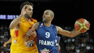 Tony Paker face à José Calderon, le 26 août 2013 à Montpellier, en match de préparation à l'EuroBasket 2013.
