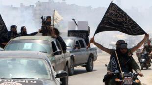 Des combattants du Front al-Nosra, affilié à Al-Qaïda, se rendent sur la ligne de front le 26 juin.