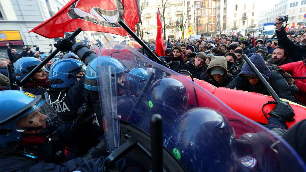 Los manifestantes enfrentan con la policía durante una manifestación antifascista en Milán, Italia, el 24 de febrero de 2018.