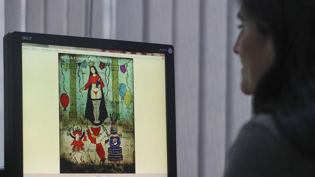 Imagen tomada de una pantalla que muestra una pintura en la que aparece en tanga una virgen muy venerada en Bolivia, patrona además del folclore en el país.