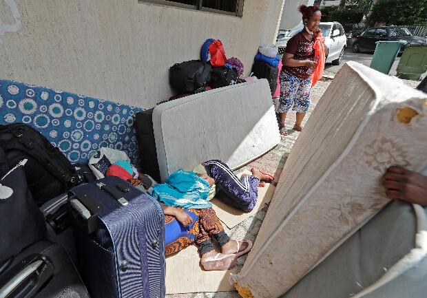 Des migrantes éthiopiennes dorment devant leur ambassade à Beyrouth, le 24 juin 2020.