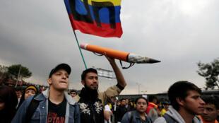 Los estudiantes participan en una marcha para exigir más recursos del Gobierno para financiar la educación pública, en Bogotá, Colombia, el 15 de noviembre de 2018.