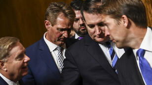 Des membres de la commission judiciaire du Sénat marchent après l'audience devant autoriser le Sénat à voter sur la nomination de Kavanaugh, le 28 septembre 2018.