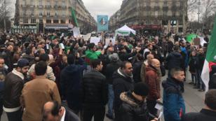 جزائريون يتظاهرون في ساحة الجمهورية بالعاصمة الفرنسية باريس ضد عهدة خامسة للرئيس عبد العزيز بوتفليقة 3 مارس/آذار 2019
