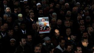 Varias personas asisten a una oración fúnebre simbólica al periodista saudita Jamal Khashoggi en el patio de la mezquita de Fatih en Estambul, Turquía, 16 de noviembre de 2018.