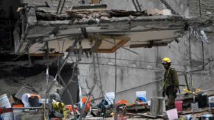 Des débris du séisme du 19 septembre soulevés par une grue dans le quartier Colonia Roma à Mexico, le 23 septembre 2017.
