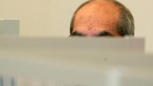 السوري أنور رسلان أمام محكمة ألمانية في كوبلنس في 23 نيسان/أبريل 2020 لاتهامه بارتكاب جريمة ضد الإنسانية حين كان عقيدا في جهاز أمن الدولة السوري مشرفا على فرع الخطيب الأمني حيث كان يوقف متظاهرون