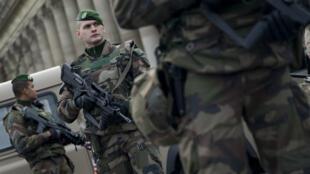 Des soldats français patrouillent, le 30 décembre 2015 à Paris, devant la cathédrale Notre-Dame.