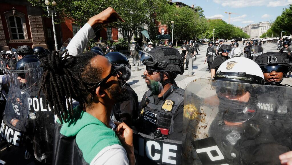 manifestante reacciona cuando las fuerzas de seguridad bloquean la entrada a la Avenida Pennsylvania durante una manifestación contra la muerte, bajo custodia policial, de George Floyd. En Washington, Estados Unidos, el 30 de mayo de 2020.