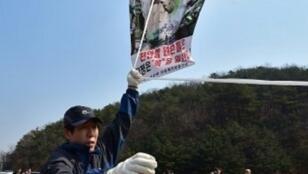كوري شمالي منشق يحمل مناشير تهاجم نظام بيونغ يانغ