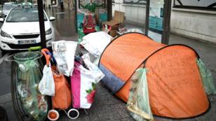 Un sans-abri installé dans sa tente sous un abribus de la place de Clichy, à Paris, le 29 décembre 2017.
