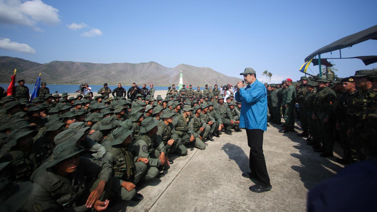 El presidente de Venezuela, Nicolás Maduro, habla a los soldados mientras asiste a un ejercicio militar en Turiamo, Venezuela, el 3 de febrero de 2019.