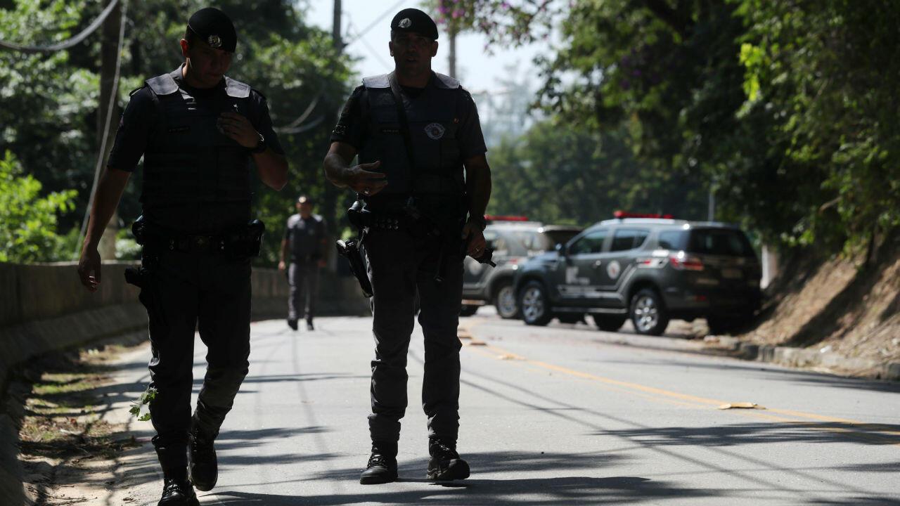 Policías patrullan una carretera, donde se enfrentan a pandilla después de intentar un robo simultáneo a dos bancos en Guararema, cerca de Sao Paulo, Brasil, el 4 de abril de 2019.