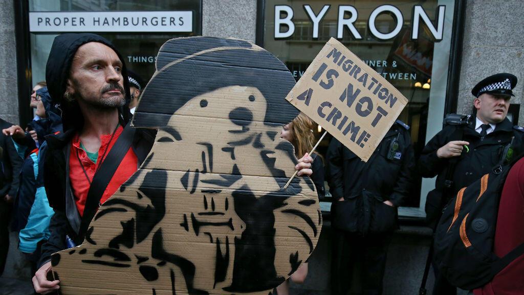 Des manifestants se sont regroupés lundi 1er août devant un restaurant Byron, à Londres.