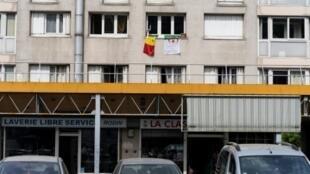 Les drapeaux sénégalais et algérien, le 17 juillet à la fenêtre d'un immeuble de Champigny-sur-Marne, où ont grandi les deux sélectionneurs Aliou Cissé et Djamel Belmadi, tous les deux en quête d'une victoire en finale de la CAN vendredi au Caire.