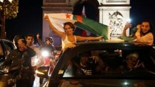 Les supporters algériens sur les Champs Elysées lors de la qualification en finale de la CAN le 14 juillet 2019