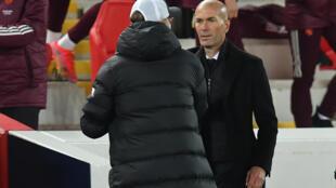 L'entraîneur français du Real Madrid, Zinédine Zidane, salue son homologue allemand de Liverpool, Jurgen Klopp, à la fin de leur quart de finale retour de la Ligue des Champions, le 14 avril 2021 à Liverpool