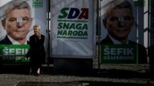 Une affiche pour Sefik Dzaferovic, l'un des candidats à la présidence bosniaque de la Bosnie-Hérzégovine, le 6 octobre 2018 à Sarajevo.