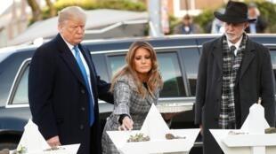 Donald et Melania Trump rendent hommage aux victimes de la synagogue de Pittsburgh, le 30 octobre 2018.