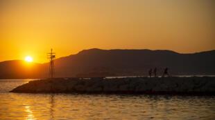 Coucher de soleil sur le port de l'île grecque de Corfou, le 30 juin 2020