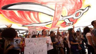 Miles de estudiantes y profesores salen a la calle este jueves en Brasilia (Brasil) para defender la educación pública, en la segunda jornada de protestas en menos de 15 días contra el bloqueo de fondos anunciado por el Gobierno de Jair Bolsonaro.