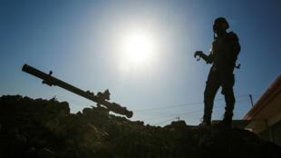 Un soldat des forces irakiennes prend position dans un village au sud de Mossoul le 22 février.