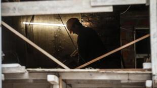 Un obrero trabaja en una obra en construcción en Buenos Aires, Argentina.
