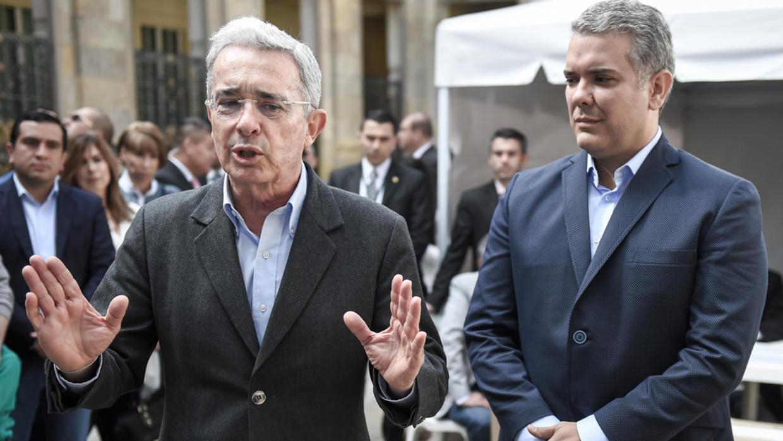 Archivo: El expresidente colombiano (2002-2010) y actual senador Álvaro Uribe habla con la prensa junto al entonces candidato presidencial Iván Duque, en Bogotá el 11 de marzo de 2018.