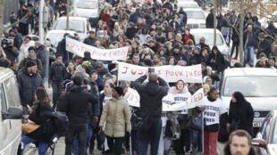 Quelques centaines de personnes ont défilé dans les rues d'Aulnay-sous-Bois le 6 février 2017 en soutien à Théo, un jeune homme victime de violences policières.
