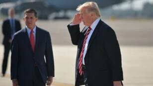 Donald Trump (D) et son ancien conseiller à la sécurité nationale, Michael Flynn, en Floride, le 6 février 2017.