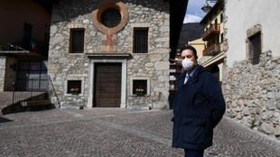 El alcalde de la localidad italiana de Vertova, Orlando Gualdi, forografiado el 24 de marzo de 2020