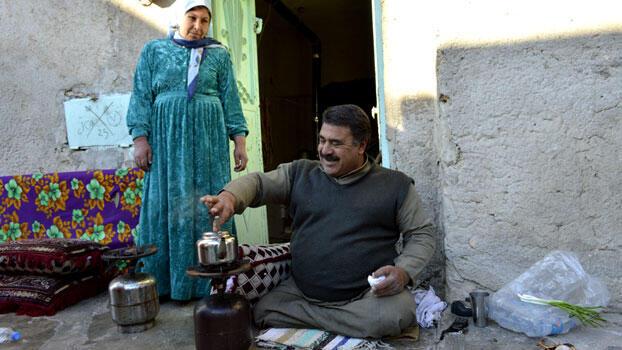 Mahmud Salih rajoute de la cannelle dans la théière alors que sa femme, Khadija Yusef, pose un regard bienveillant sur lui dans leur maison de Kobané.