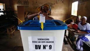 Una mujer emite su voto durante la segunda vuelta presidencial. Bamako, Mali, 12 de agosto de 2018.