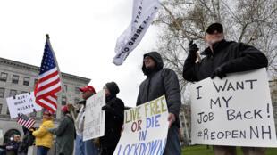 Quelque 400 personnes se sont rassemblées samedi 18 avril 2020 devant le Parlement de Concord, capitale du New Hampshire, pour réclamer la fin du confinement.