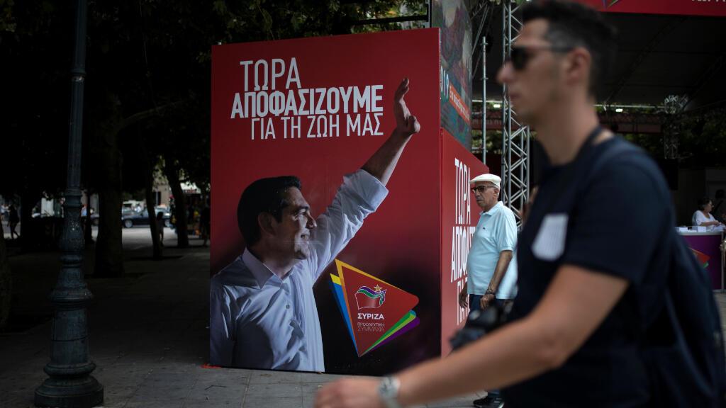 Un cartel que representa al primer ministro griego Tsipras, en el quiosco electoral del partido izquierdista Syriza, en Atenas.