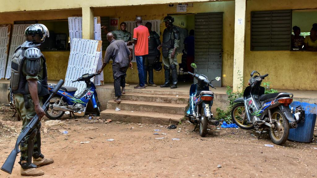 Des officiers de police maliens devant un bureau de vote à Bamako, le 29 juillet 2018.