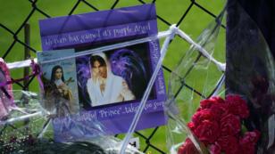 Des fleurs et des messages de soutiens de la part des fans de Prince, déposés devant sa résidence de Paisley Park. dans le Minnesota.