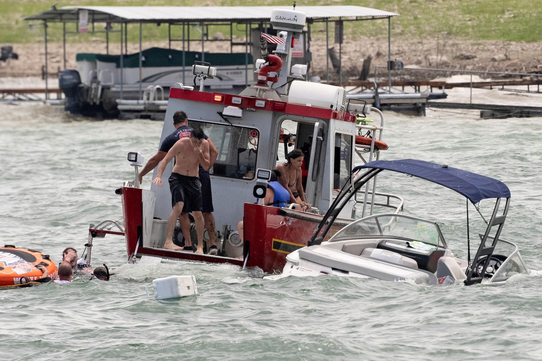 Barcos parcialmente sumergidos, de una flotilla de partidarios del presidente Donald Trump, flotan con peligro, durante un desfile de botes en el lago Travis, cerca de Lakeway, Texas, Estados Unidos, el 5 de septiembre de 2020.