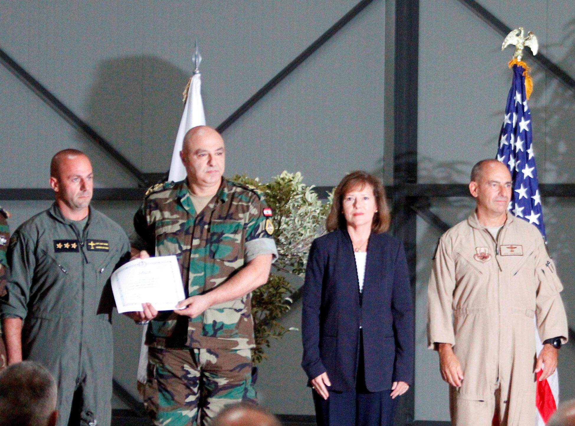 السفيرة الأمريكية في لبنان إليزابيث ريتشارد بجانب قائد الجيش اللبناني الجنرال جوزيف عون في قاعدة حامات الجوية في جبال لبنان في 31 أكتوبر/ تشرين الثاني 2017.
