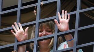 Foto de archivo de la jueza Maria Lourdes Afiuni, que saluda desde la ventana de su casa en Caracas, donde cumplía arresto domiciliario, en Venezuela, el 7 de junio de 2013.