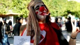 """ناشطة في حملة """"فاش نستناو"""" خلال تظاهرات 14 يناير/كانون الثاني بتونس العاصمة."""