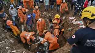 Trabajadores de rescate y lugareños buscan víctimas después de un deslizamiento de tierra en Rosas, Cauca, en el sudoeste de Colombia, el 22 de abril de 2019.