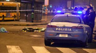 La police italienne devant le corps sans vie d'Anis Amri, le principal suspect de l'attentat de Berlin.