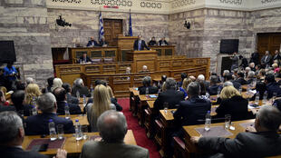Le Premier ministre Antonis Samaras s'adresse à son parti devant le Parlement, le 11 décembre 2014.