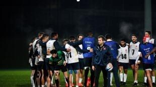 Le sélectionneur du XV de France Fabien Galthié et ses joueurs lors d'un entraînement, le 2 décembre 2020 à Marcoussis