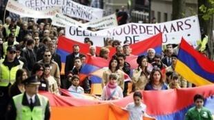 """تظاهرة للأرمن الهولنديين في ذكرى """"الإبادة""""، في الرابع والعشرين من نيسان/أبريل 2008."""