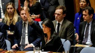 La embajadora de los Estados Unidos ante las Naciones Unidas, Nikki Haley, veta una resolución redactada por Egipto sobre decisiones recientes sobre el estado de Jerusalén durante la reunión del Consejo de Seguridad de las Naciones Unidas sobre la situación en Medio Oriente, incluida Palestina, en la sede de la ONU en Nueva York York, EE. UU., 18 de diciembre de 2017.